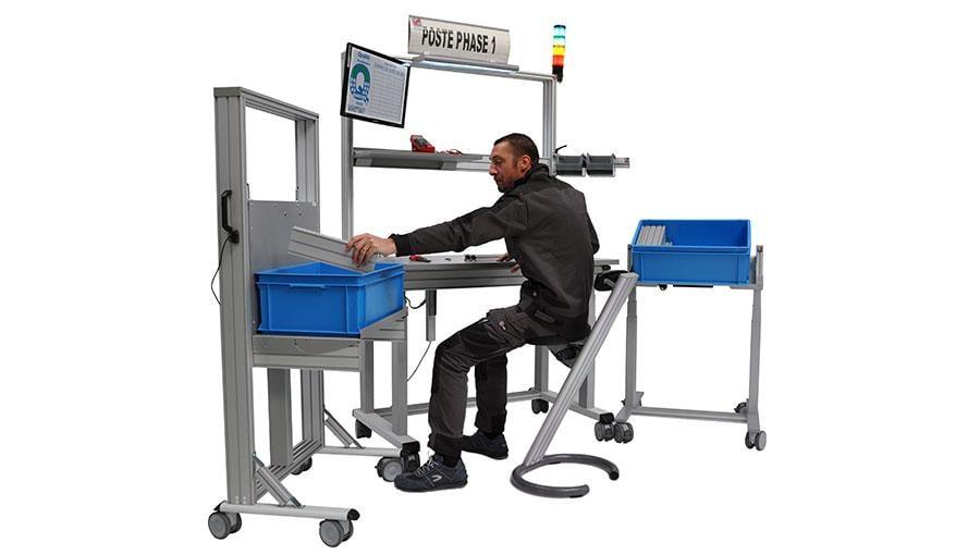 Poste de travail industriel avec un siège assis debout
